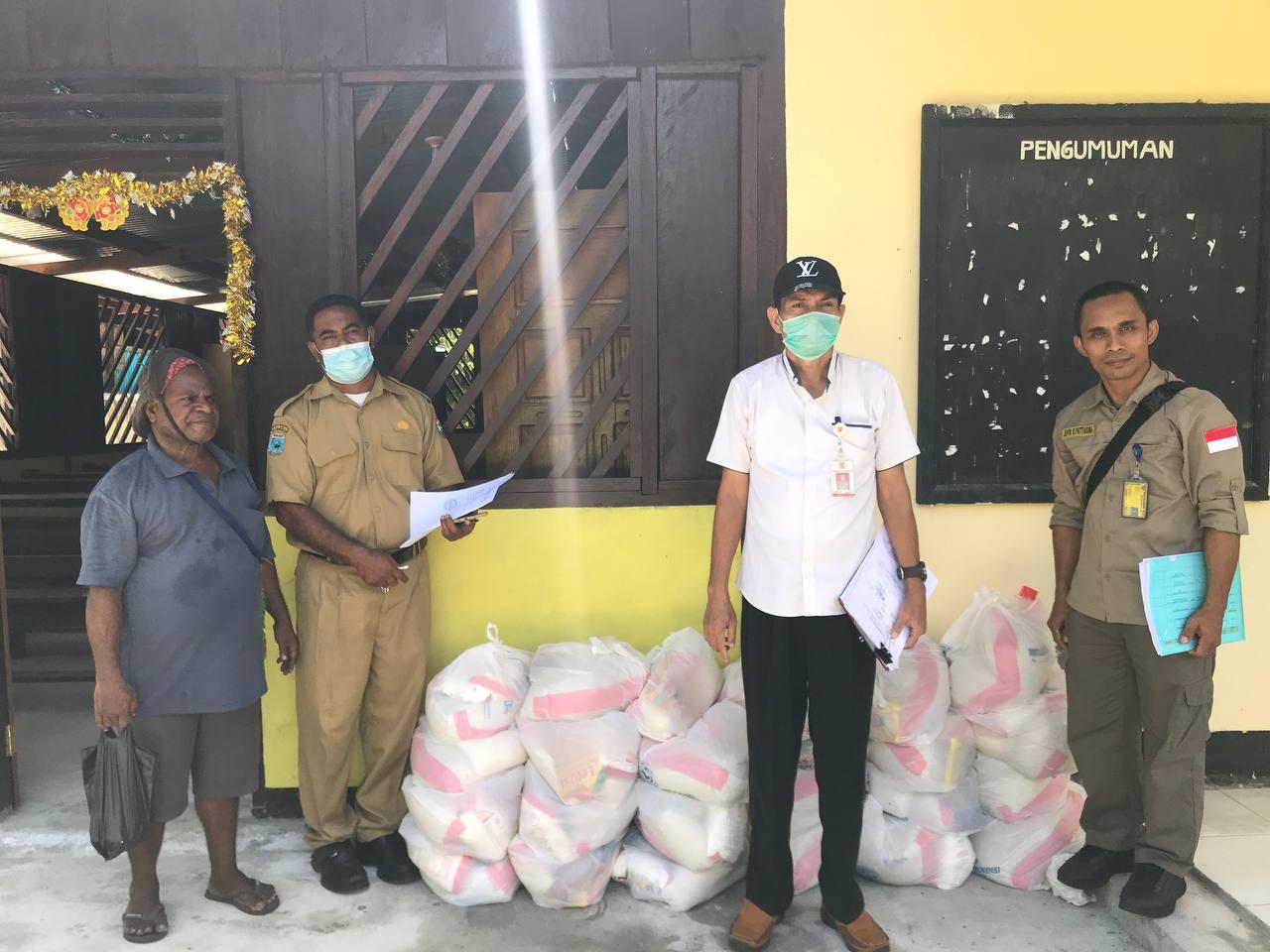 Foto Bersama Bendahara Stasi ST. Auxillius Ransiki, PD. Irian Bhakti dan Staf Balitbangda Papua Barat