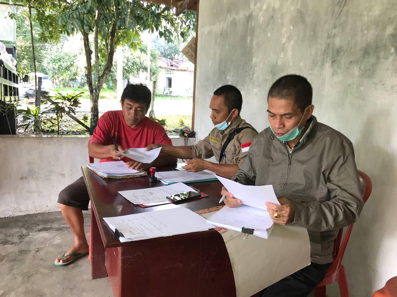 Penandatangan beret acara penyerahan bapok oleh sekretaris Klasis Hatam Oransbari, Balitbangda Papua Barat dan PD. Irian Bhakti