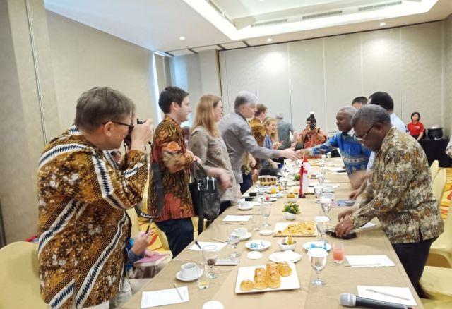Sambuntan Selamat Datang Gubernur Papua Barat kepada Rombongan Kementrian Iklim & Lingkungan Hidup Kerajaan Norwegia