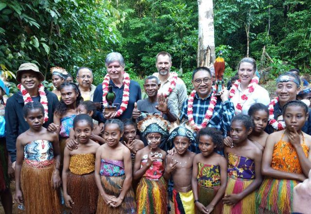 Sambutan secara adat Mansorandak/Biak Raja Ampat kepada Rombongan Kementrian Iklim dan Lingkungan Hidup Kerajaan Norwegia, Duta Besar Norwegia untuk Indonesia, dan Ditjen Iklim KLHK Indonesia beserta Kepala Balitbangda Papua Barat