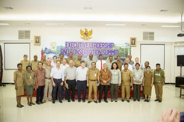 foto bersama team peneliti dan pemerhati lingkungan dengan SKPD terkait dalam acara Executive Leadership and Conservation Summit 2019