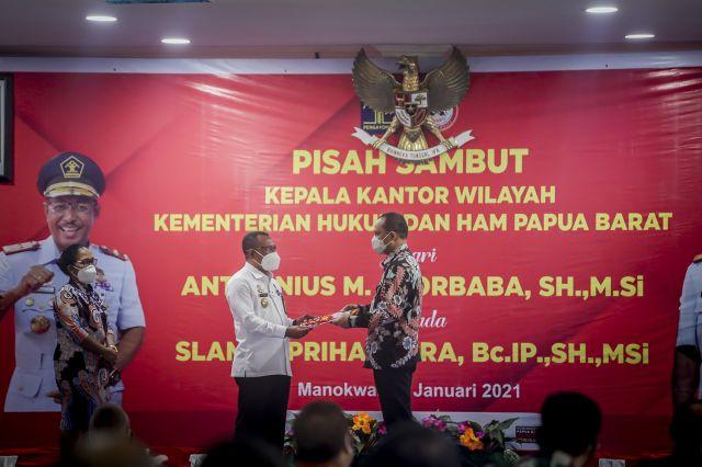 Kepala Balitbangda Provinsi Papua Barat Menerima 5 sertifikat Hak Kekayaan Intelektual HAKI Pada Acara Pisah Sambut Kepala Kantor Wilayah Kementerian Hukum dan HAM Papua Barat