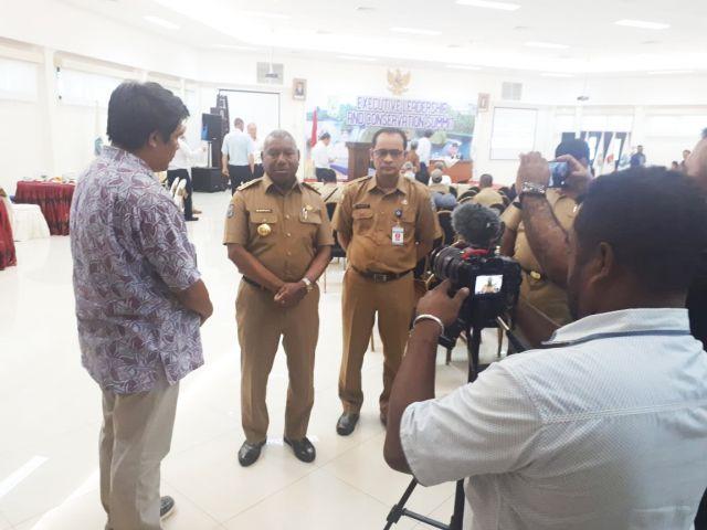 Wawancara singkat Team Conservasi Internasional Indonesia bersama Gubernur Papua Barat yang di dampingi oleh Kepala Badan Penelitian dan Pengembangan Daerah Balitbangda