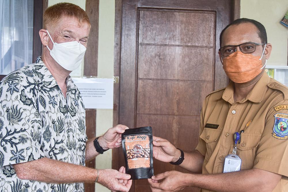 Penyerahan Kopi oleh Kepala Balitbangda Papua Barat sebagai ole-ole khas Kab. Pegunungan Arfak kepada